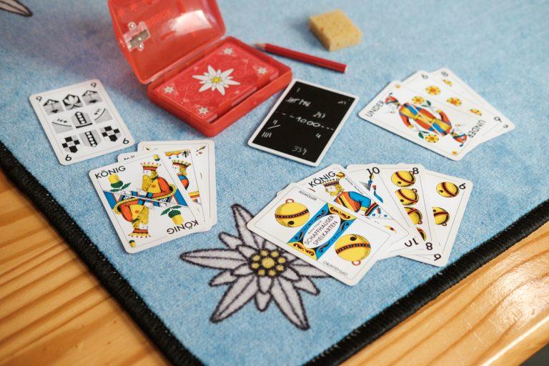 Original Schaffhauser Jasskarten auf Jassteppich